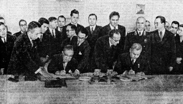 Николай Булганин и Итиро Хатояма во время подписания совместной Декларации СССР и Японии. Кремль, 19 октября 1956