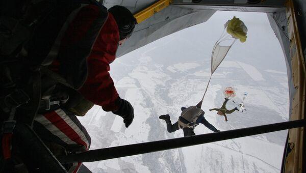 Парашютисты морской пехоты Тихоокеанского флота выполняют прыжок с борта самолета Ан-26