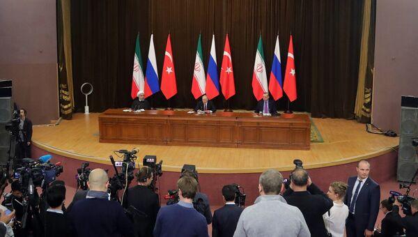 Президент РФ Владимир Путин, президент Ирана Хасан Роухани и президент Турции Реджеп Тайип Эрдоган во время совместного заявления для прессы по итогам встречи. 22 ноября 2017