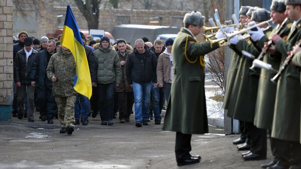 Призывники в украинскую армию и военный духовой оркестр на одном из призывных пунктов в Киеве