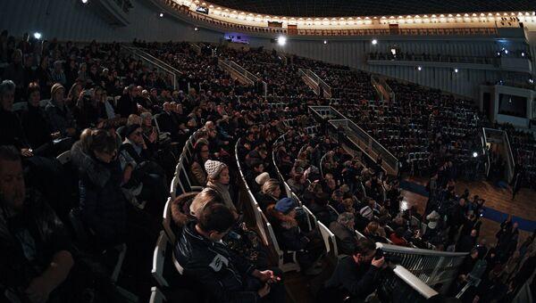 Посетители на церемонии прощания с оперным певцом Дмитрием Хворостовским в Концертном зале имени П. И. Чайковского в Москве