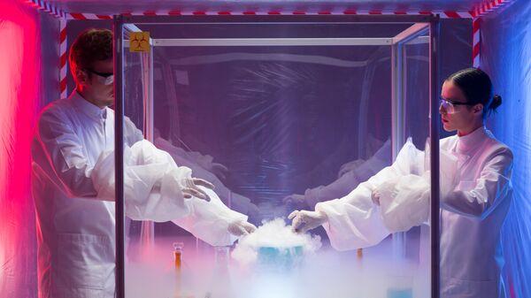 Ученые проводят опыты в лаборатории