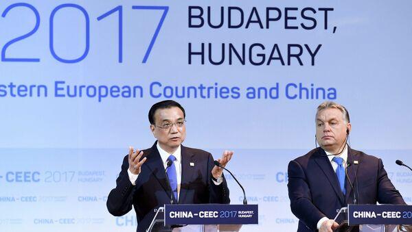 Премьер Госсовета КНР Ли Кэцян и премьер-министр Венгрии Виктор Орбан на саммите 16+1 в Будапеште. 27 ноября 2017