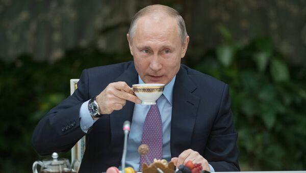 Президент РФ Владимир Путин на встрече с победителями всероссийского конкурса Семья года. 28 ноября 2017