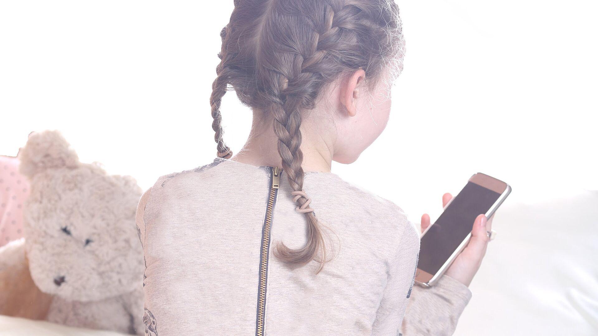 Ребенок со смартфоном  - РИА Новости, 1920, 02.03.2021