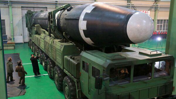 Ким Чен Ын во время осмотра баллистической ракеты Hwasong-15 в КНДР. 30 ноября 2017