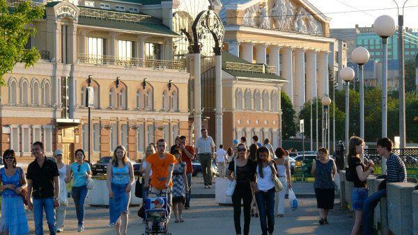 Жители Чебоксар прогуливаются по набережной. Архивное фото