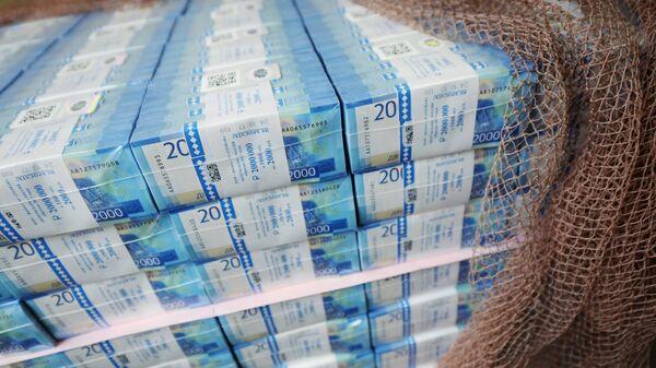 Пачки с денежными купюрами номиналом 2000 рублей