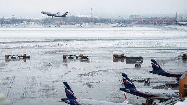 Самолеты на взлетно-посадочной полосе в терминале D аэропорта Шереметьево. Архивное фото