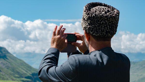 Мужчина с телефоном в Дагестане. Архивное фото