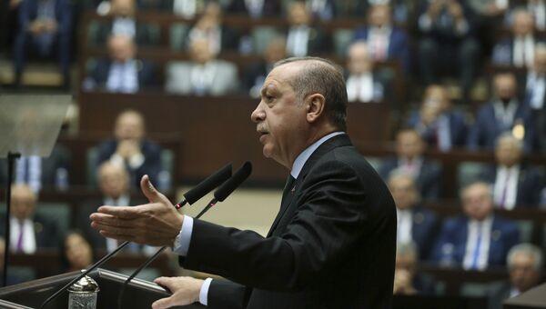 Президент Турции Реджеп Тайип Эрдоган выступает на заседании парламентской фракции правящей Партии справедливости и развития. 5 декабря 2017