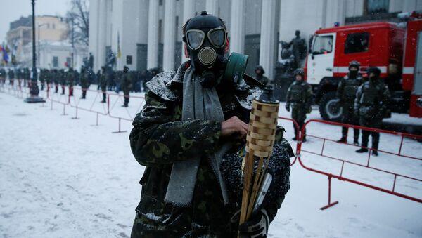 Участник акции протеста у здания Верховной рады в Киеве. 6 декабря 2017