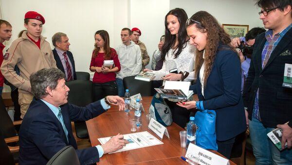 Писатель Александр Бондаренко на встрече со студентами и аспирантами МГУ