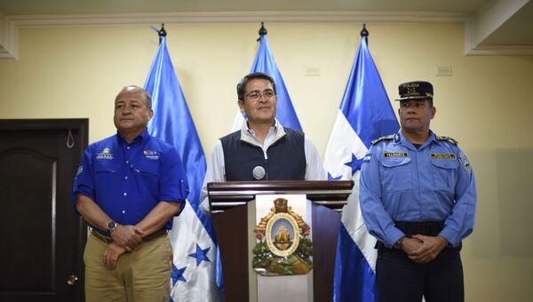 Президент Гондураса Хуан Орландо Эрнандес  на пресс-конференции с главой госбезопасности и директором национальной полиции. 5 декабря 2017