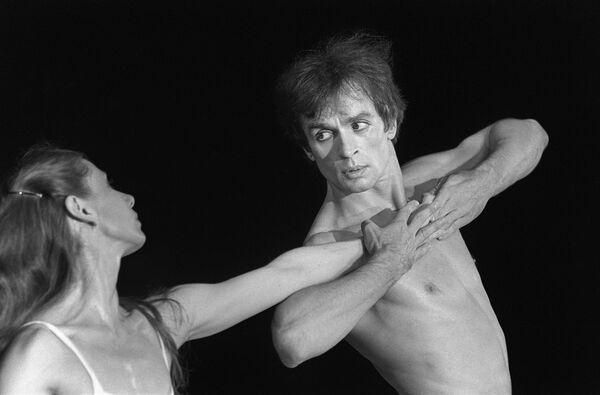 Рудольф Нуреев и Гилен Тесмар в балете Послеполуденный отдых фавна в Ле-Бурже