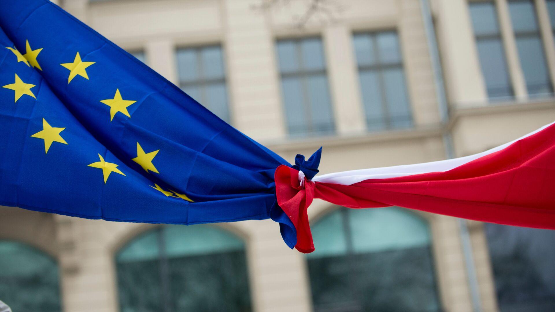 Связанные флаги Евросоюза и Польши - РИА Новости, 1920, 24.11.2020