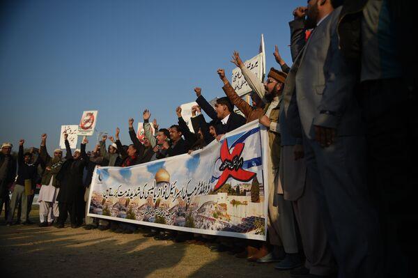 Активисты Совета обороны Пакистана во время протеста в Исламабаде. 7 декабря 2017