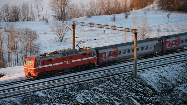 Пассажирский поезд дальнего следования на Транссибирской железнодорожной магистрали
