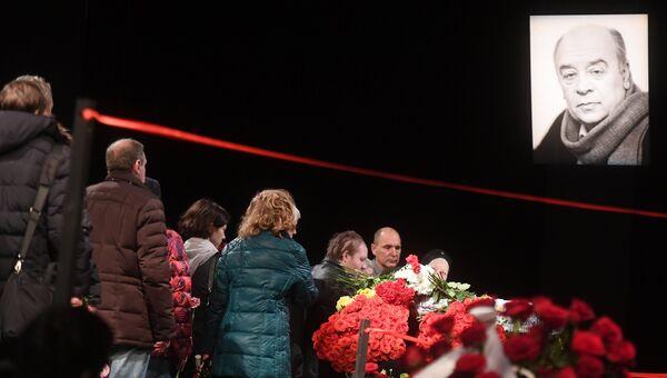 Церемония прощания с народным артистом СССР Леонидом Броневым в театре Ленком в Москве. Архивное фото