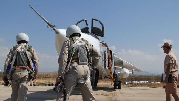 Российские летчики перед полетом у самолета Су-24 на авиабазе Хмеймим в Сирии. Архив