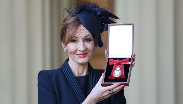 Писательница Джоан Роулинг получила знак Ордена Кавалеров чести в Букингемском дворце в Лондоне. 12 декабря 2017