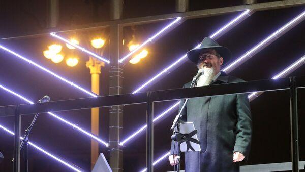 Главный раввин России Берл Лазар на торжественной церемонии зажжения ханукальной свечи на площади Революции в Москве. 12 декабря 2017