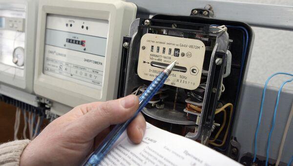Снятие показаний с электрического счетчика. Архивное фото