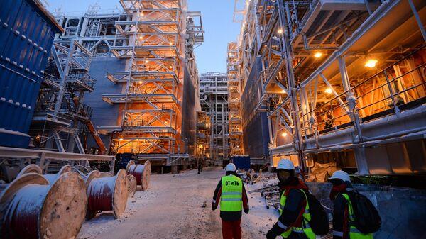 Рабочие на строящемся заводе по производству сжиженного газа Ямал СПГ. Архивное фото