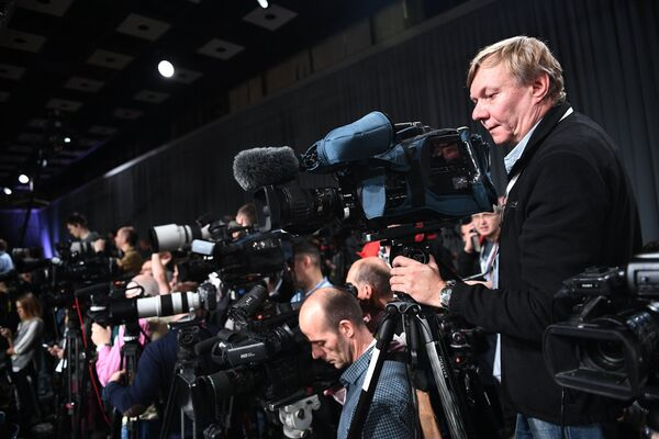 Видеооператоры перед началом ежегодной большой пресс-конференции президента РФ Владимира Путина в Центре международной торговли на Красной Пресне