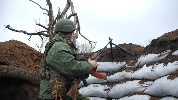 Боец ополчения ДНР на позиции у линии соприкосновения с украинскими силовиками в районе поселка Широкино. 15 декабря 2017