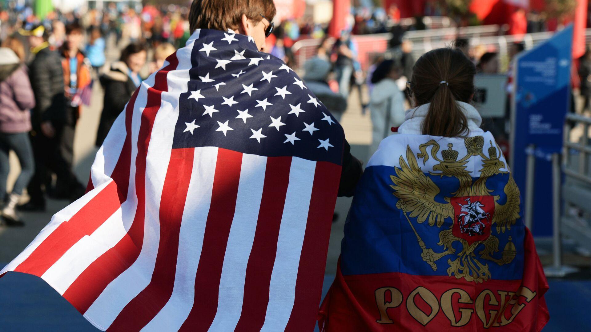 Молодые люди в национальных флагах США и России  - РИА Новости, 1920, 27.05.2021