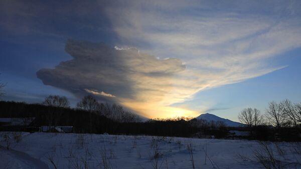 Момент извержения вулкана Безымянный