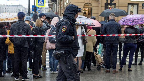 Сотрудник полиции стоит в оцеплении в центре Санкт-Петербург после сообщения о минировании
