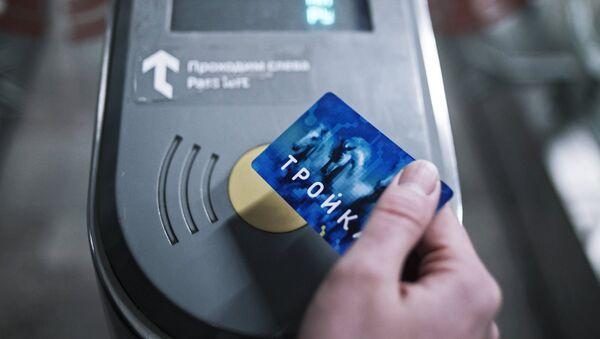 Пассажир оплачивает проезд в Московском метрополитене. Архивное фото