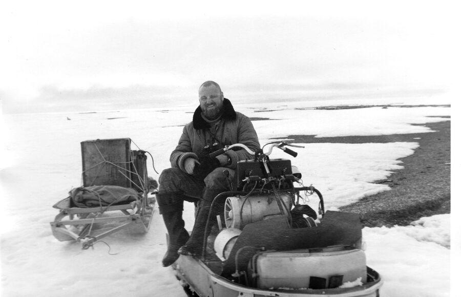 Никита Овсяников на снегоходе, маршрут на острове Врангеля, весна 1993 год