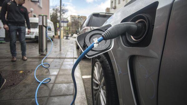 Зарядка электромобиля. Архивное фото