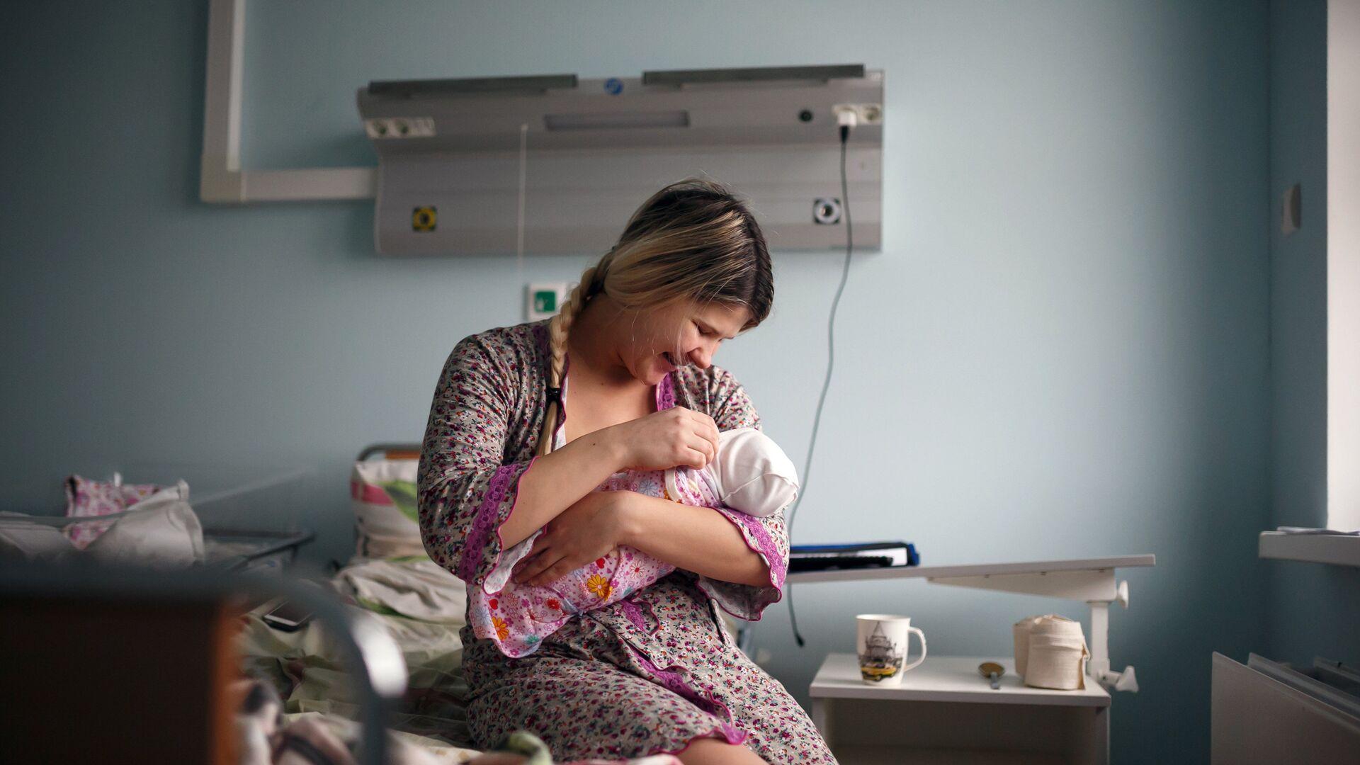 Мать с новорожденным ребенком - РИА Новости, 1920, 10.03.2021