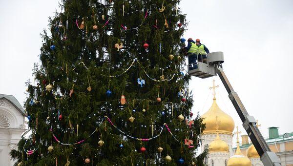 Рабочие украшают новогоднюю елку на Соборной площади Кремля. 21 декабря 2017