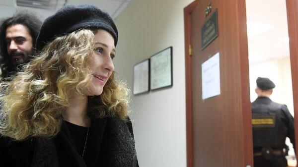 Участница граппы Pussy Riot Мария Алехина в Мещанском суде Москвы перед началом рассмотрения административного правонарушения. 21 декабря 2017