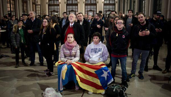 Горожане ожидают результатов внеочередных выборов в парламент Каталонии