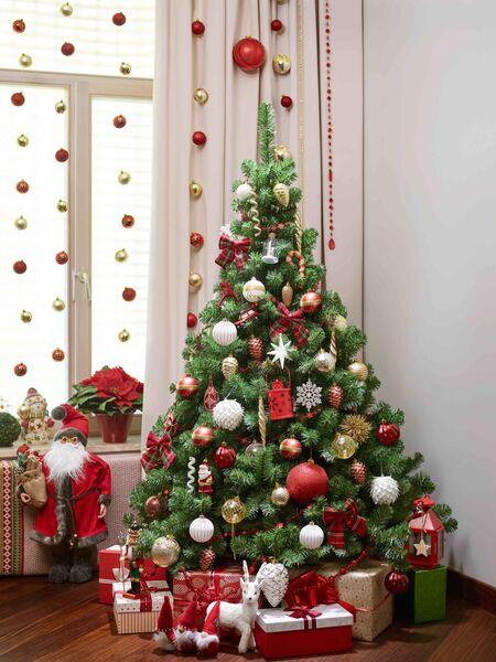 Цветы и гирлянды: как украсить новогоднюю елку в этом году
