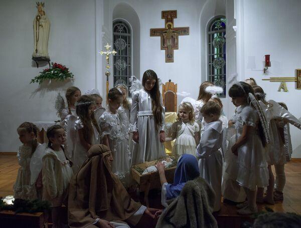 Прихожане во время празднования Рождества в храме Покрова Пресвятой Богородицы Царицы Святого Розария в Томске