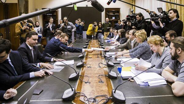 Алексей Навальный во время подачи документов в ЦИК России по выдвижению кандидатом на президентских выборах