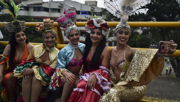 Парад танцоров сальсы в Колумбии