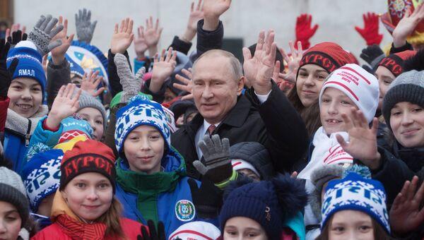 Президент РФ Владимир Путин во время встречи на Соборной площади с детьми - гостями Кремлевской елки. 26 декабря 2017
