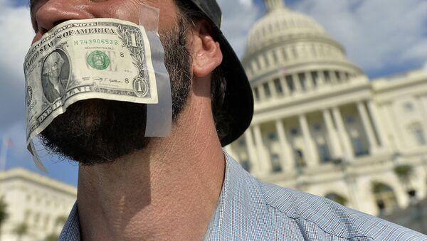 Протестующий перед зданием Капитолия в Вашингтоне. Архивное фото