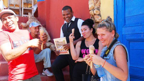 Кубинцы и туристы на улице кубинского Тринидада