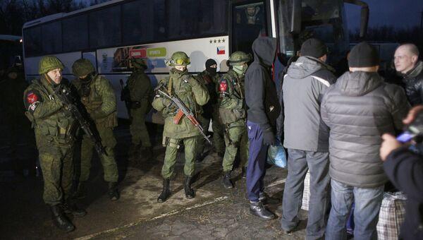 Военнопленные из Украины во время обмена пленными в Донецкой области. 27 декабря 2017
