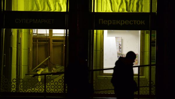 Разбитые стекла в магазине Перекресток в Санкт-Петербурге, где произошел взрыв. 27 декабря 2017