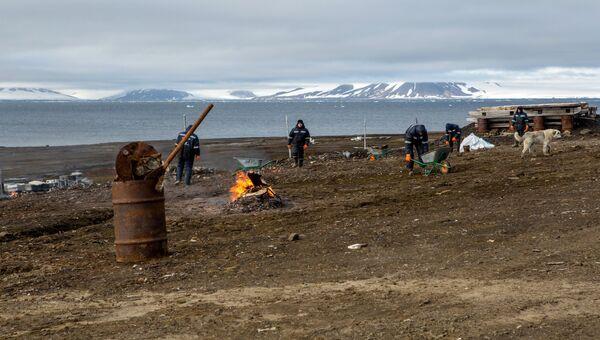 Студенты волонтеры убирают территорию от мусора возле полярной станции имени Эрнста Кренкеля на острове Хейса архипелага Земля Франца-Иосифа